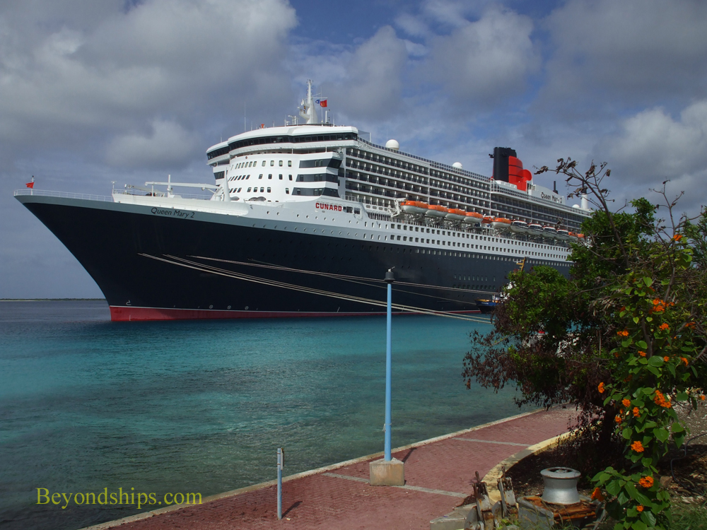 Queen Mary 2 in Bonaire